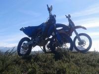 Dos motos en el campo