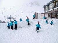 滑雪缆车儿童活动从山顶
