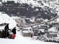 单板滑雪站在山顶