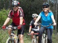 familias disfrutando de un recorrido en btt