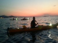 disfrutando de una travesia en alta mar mientras anochece