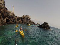 导航在皮划艇的水晶般清澈的海水
