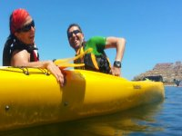 pareja a bordo de un kayak