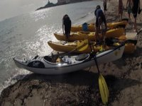 preparando las embarcaciones para salir a navegar