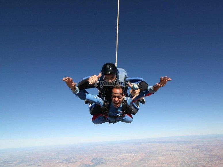 Abriendose en paracaidas tras lanzarse