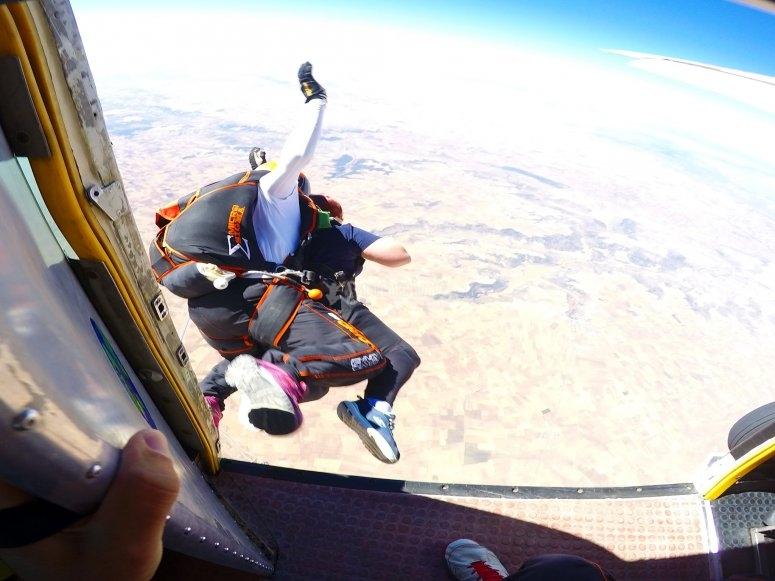 Saltando del avión con el paracaídas