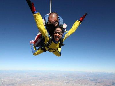 Salto paracaidismo tándem 4000 metros en Madrid