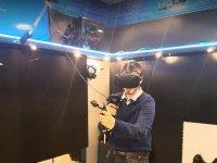 Chico jugando en la realidad virtual