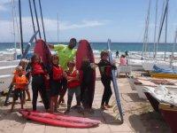 Alumnos con su profe de surf