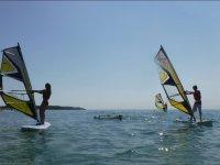 Alumnos de windsurf aprendiendo juntos