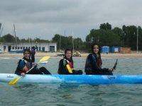 Chicas compartiendo embarcacion