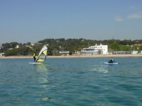 Haciendo windsurf cerca de la tabla de sup