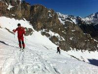 第一个爬楼顶,然后滑雪速降滑雪