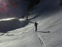 指导攀登的过境雪和越野滑雪下坡