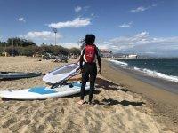 准备在巴塞罗那参加风帆冲浪课程