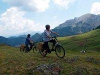 Paseando en bici en la montana