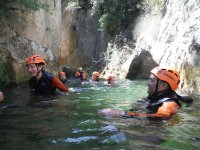 Metidos en el agua del barranco
