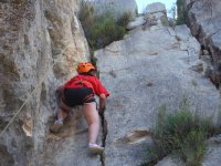 Niña escalando en roca