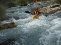 Kayak a través de los rápidos