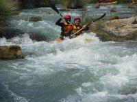 Kayak doble por los rápidos