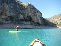 Piraguas en aguas turquesas