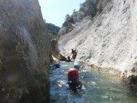 Atravesando el caudal entre las paredes rocosas