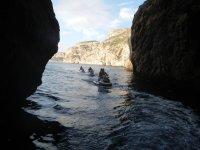entrando al interior de una cueva acuatica