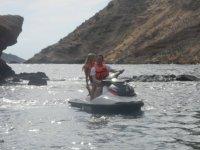 una pareja navegando por el mediterraneo en jet ski