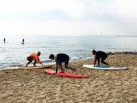 Ensenando tecnicas de surf