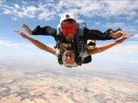 Salto de paracaidismo en dia soleado