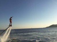 Flyboard levantando una mano