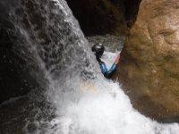 在山沟瀑布下
