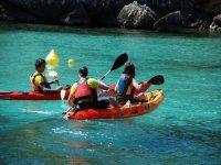 Descubrir calas de Menorca en piragua