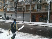Cruzando la calle durante la nevada