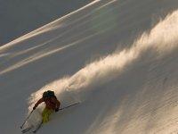 Levantando la nieve a su paso