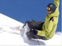 滑雪者全面下降
