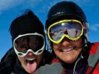 Con las gafas para protegerse del sol del invierno