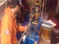 reparando esquís en el taller