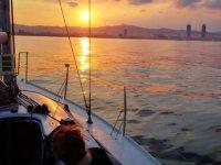在日落时乘船游览加的斯