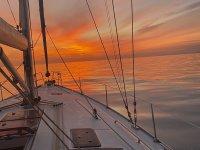在日落时在加的斯乘坐帆船