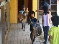Alumnos con las sillas de montar en El Catllar