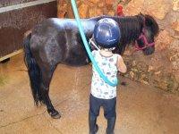 Lavando al pony en el campus de El Catllar