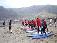 Instructor en el curso de surf