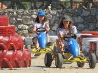 Chicas en karts a pedales