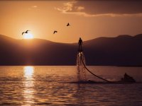 Vuelo de flyboard con la puesta de sol