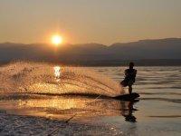 Wakesurf al tramonto