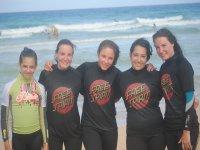 chicas surfistas con el mar de fondo