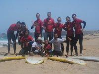 grupo de surfistas en la arena
