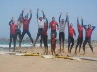 Salto grupo de surfistas