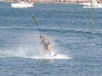 hombre en torrevieja probando el esqui acuatico